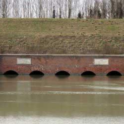 Alfonsine - Il canale destra Reno passa sotto al Senio